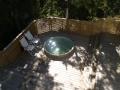Badtunna nedfälld i terrass med vedkaminen utanför!